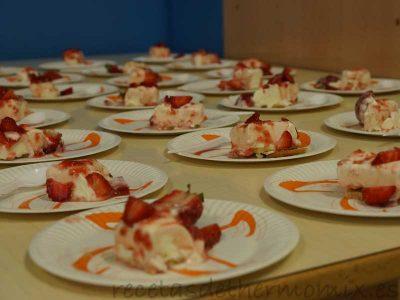 Platos de tarta de nata y fresas con Thermomix