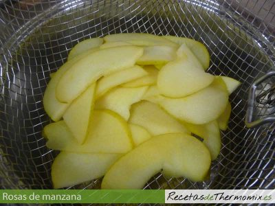 Manzanas laminadas escurridas