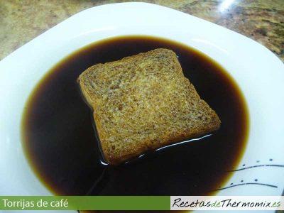 Pan de torrija bañado en café