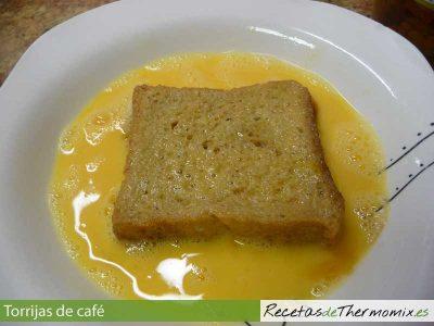 Pan de torrijas en huevo