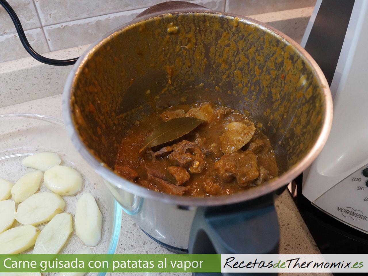 Cómo preparar carne guisada con patatas al vapor en Thermomix