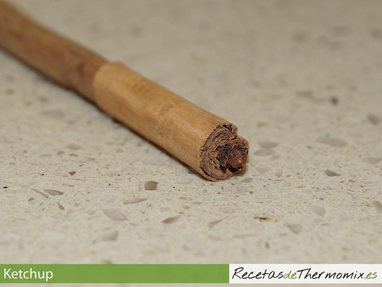 Palito de canela con clavo