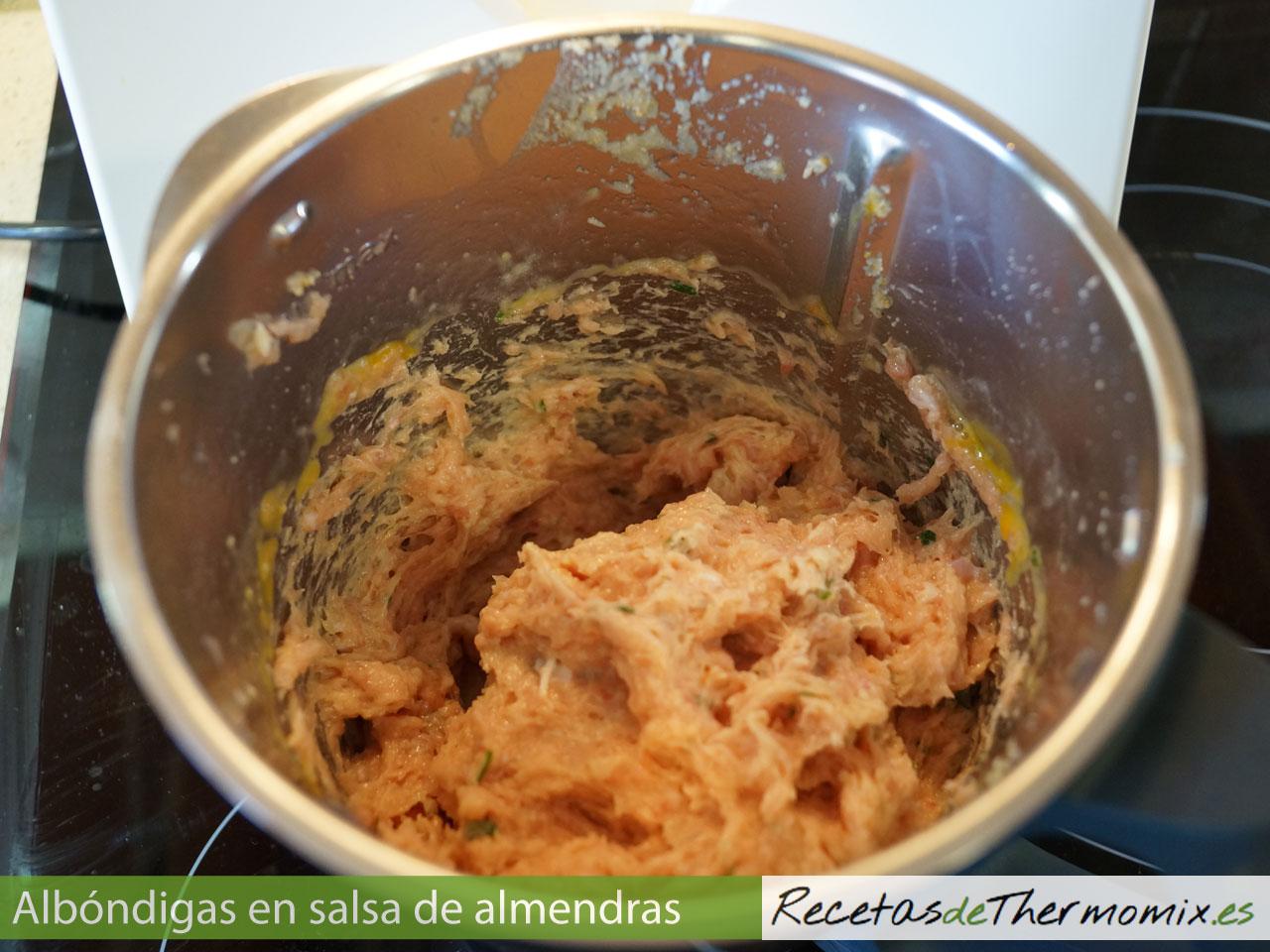 Carne picada para albóndigas con salsa de almendras en Thermomix