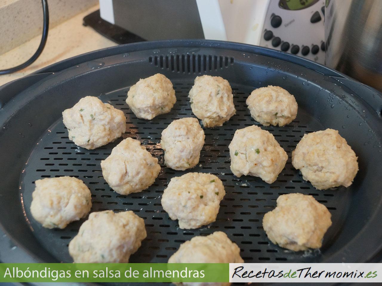 Cómo preparar albóndigas con salsa de almendras en Thermomix